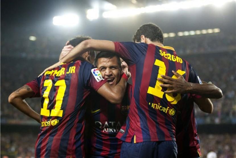 Striker Barcelona asal Cile, Alexis Sanchez (tengah), melakukan selebrasi usai menjebol gawang Real Madrid di laga La Liga Spanyol di Camp Nou pada Sabtu (26/10).