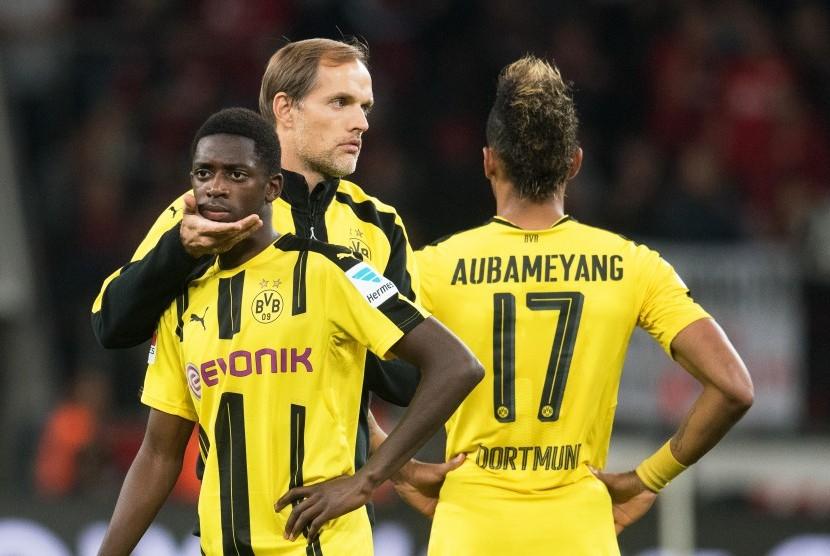 Striker Borussia Dortmund, Ousmane Dembele (kiri) bersama pelatih, Thomas Tuchel dan Pierre-Emerick Aubameyang (kanan) seusai laga Bundesliga lawan Bayer Leverkusen, Sabtu (1/10). Dembele tengah diincar Barcelona.