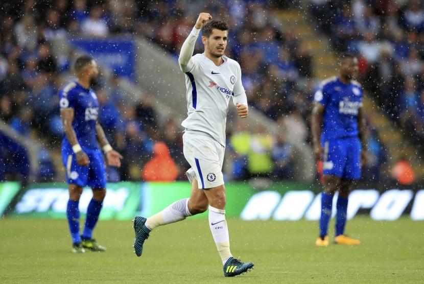Striker Chelsea, Alvaro Morata merayakan golnya ke gawang Leicester City pada laga Liga Primer Inggris di Stadion King Power, Sabtu (9/9). Chelsea menang 2-1.