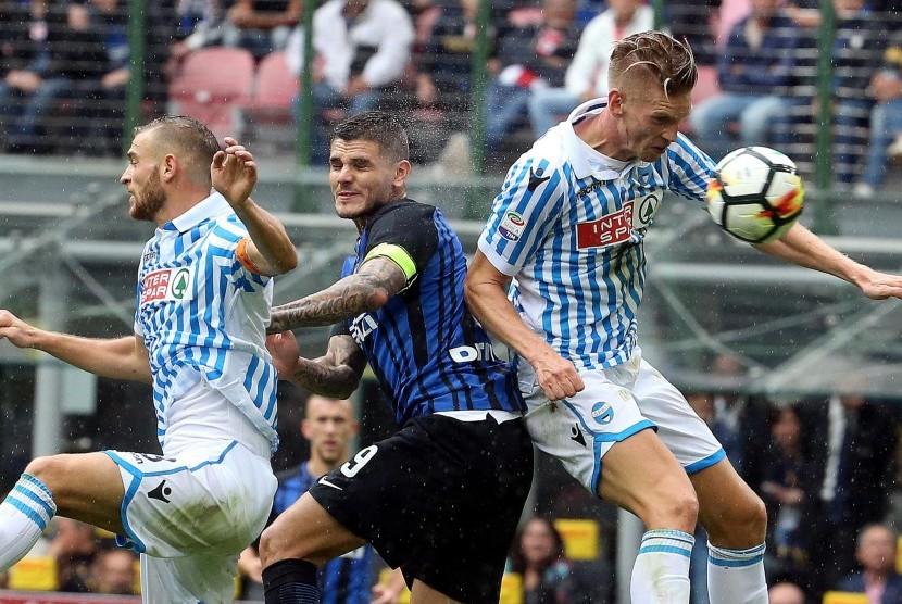 Striker Inter Milan, Mauro Icardi (tengah) pada laga Serie A lawan SPAL di Giuseppe Meazza, Ahad (10/9).