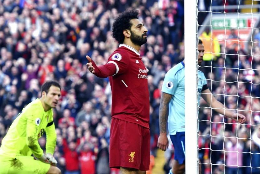 Striker Liverpool Mohamed Salah merayakan golnya ke gawang Bournemouth pada laga Liga Primer Inggris di Anfield, Sabtu (14/4).