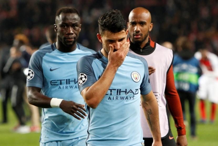 Striker Manchester City Sergio Aguero (tengah) terlihat kecewa seusai timnya tersingkir dari Liga Champions.