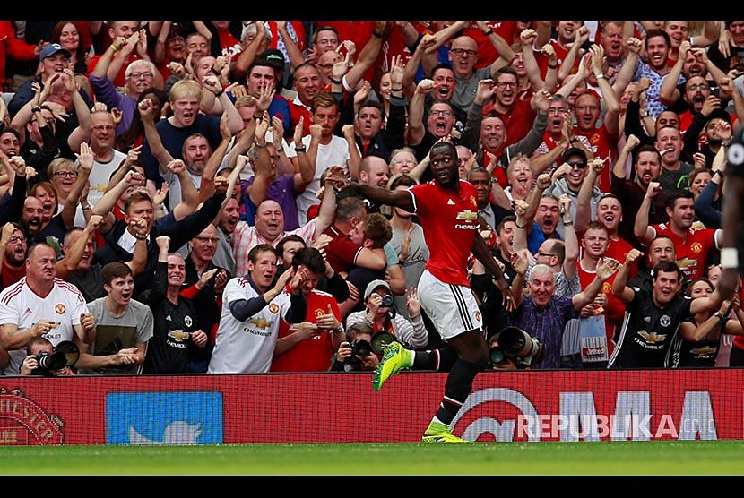 Striker Manchester United Romelu Lukaku merayakan golnya ke gawang Westham United di Stadion Old Trafford, Manchester, Ahad (13/8)