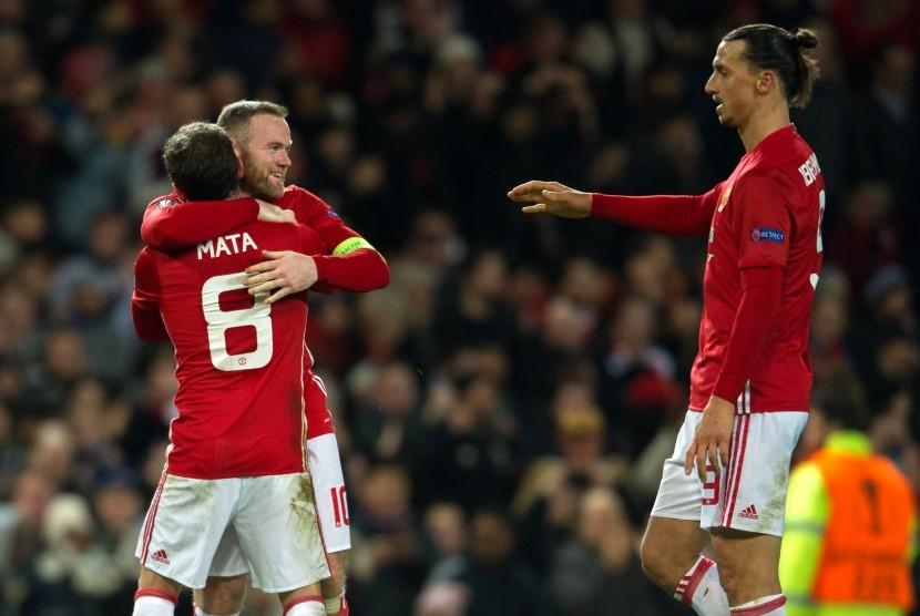 Striker Manchester United, Zlatan Ibrahimovic (kanan) berdiri di dekat Wayne Rooney dan Juan Mata saat keduanya merayakan gol ke gawang Feyenoord pada laga Liga Europa, di Old Trafford, Jumat (25/11) dini hari WIB. Tuan rumah menang 4-0.