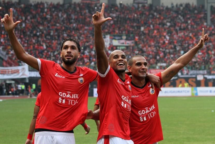 Striker Persija Jakarta, Reinaldo Elias (tengah) bersama rekannya melakukan selebrasi usai mencetak gol gawang Persiba Balikpapan pada pertandingan Liga 1, di Stadion Patriot Candrabhaga, Bekasi, Jawa Barat, Sabtu (12/8).