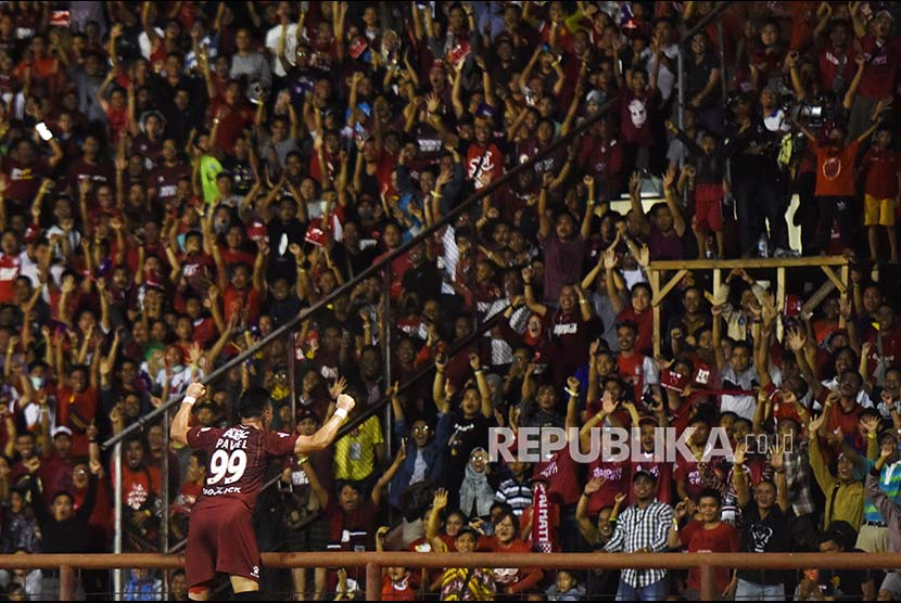 Striker PSM Makassar Pavel Purishkin merayakan gol usai memasukan bola ke gawang Semen Padang FC saat bertanding pada  Gojek  Traveloka Liga 1 di Stadion Andi Mattalatta, Makassar, Sulawesi Selatan, Senin (2/10).