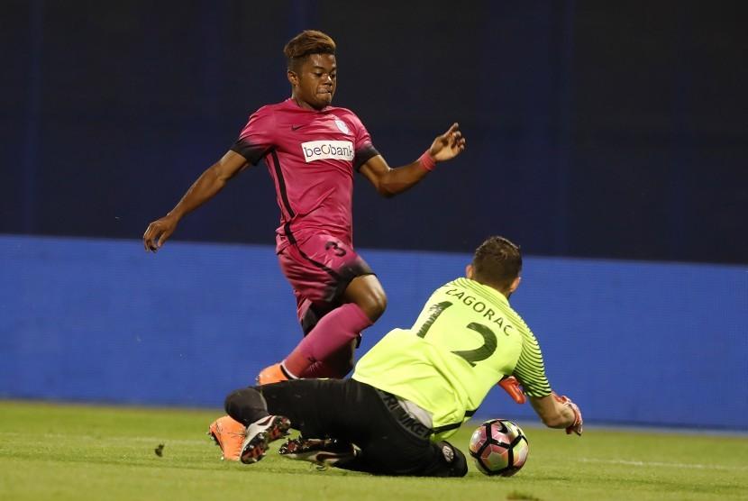 Striker Racing Genk, Leon Bailey saat melawan Lokomotiva Zagreb, pada laga Liga Europa, Agustus lalu. Bailey dikabarkan menjadi incaran Manchester United.