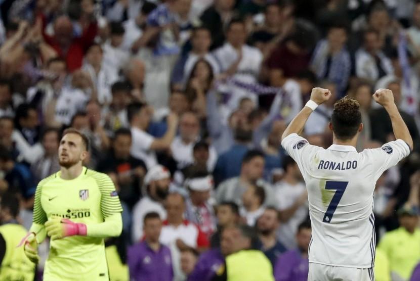 Striker Real Madrid Cristiano Ronaldo merayakan kemenangan timnya atas Atletico Madrid pada leg pertama semifinal Liga Champions di Santiago Bernabeu, Rabu (3/5) dini hari WIB. Madrid menang 3-0.