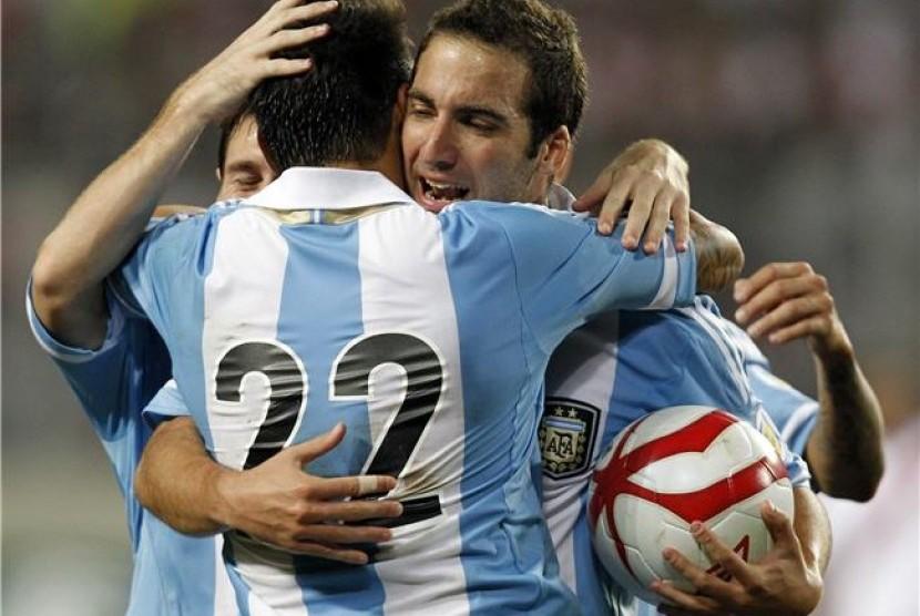Striker timnas Argentina, Gonzalo Higuain (kanan), merayakan golnya bersama rekan setim Ezequiel Lavezzi (22) dan Lionel Messi saat menghadapi Peru di kualifikasi Piala Dunia 2014 di Lima, Peru, pada 11 September.