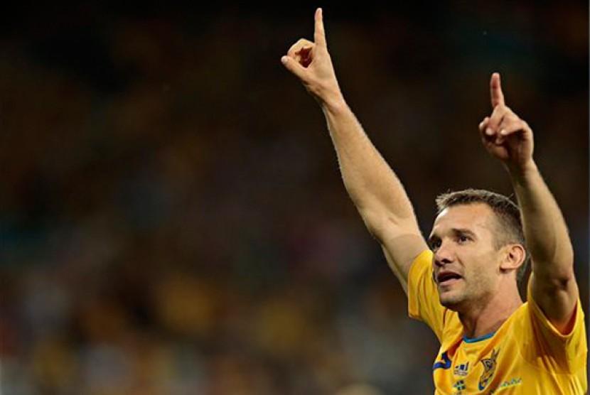 Striker Ukraina Andriy Shevchenko merayakan gol pada pertandingan Grup D Piala Eropa melawan Swedia di Kiev, Ukraina, Senin (11/6).