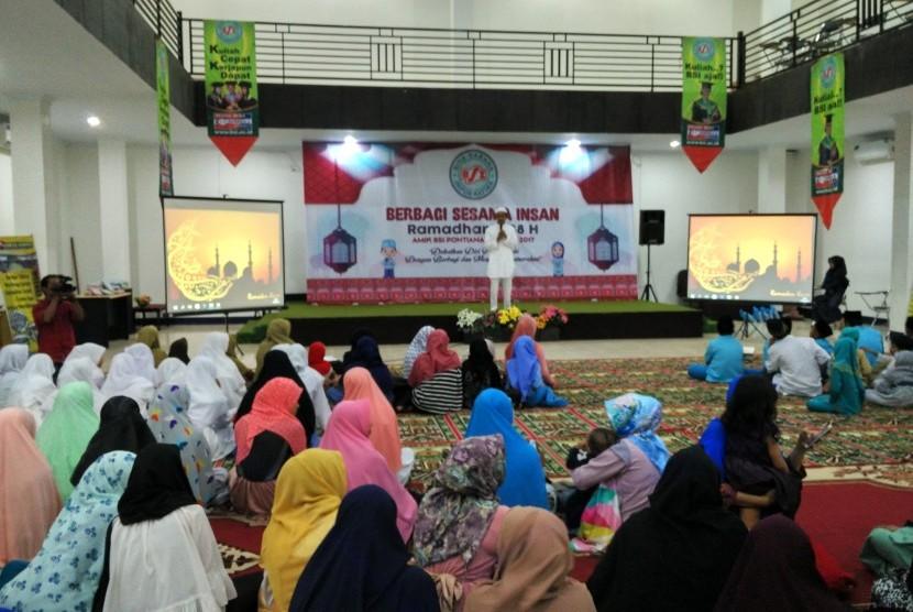 Suasana acara Berbagi Sesama Insan 1438 H yang diadakan oleh AMIK BSI Pontianak.