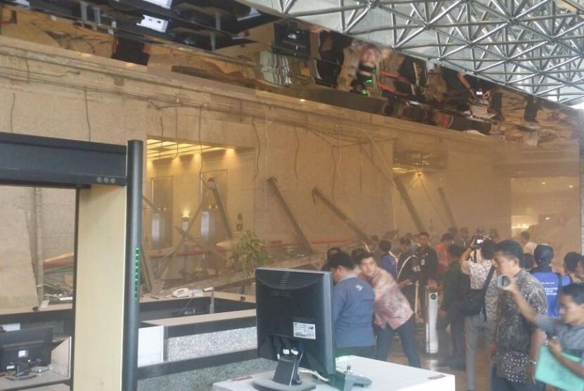 Suasana ambruknya lantai di Gedung Bursa Efek Indonesia (BEI), Senin (15/1).