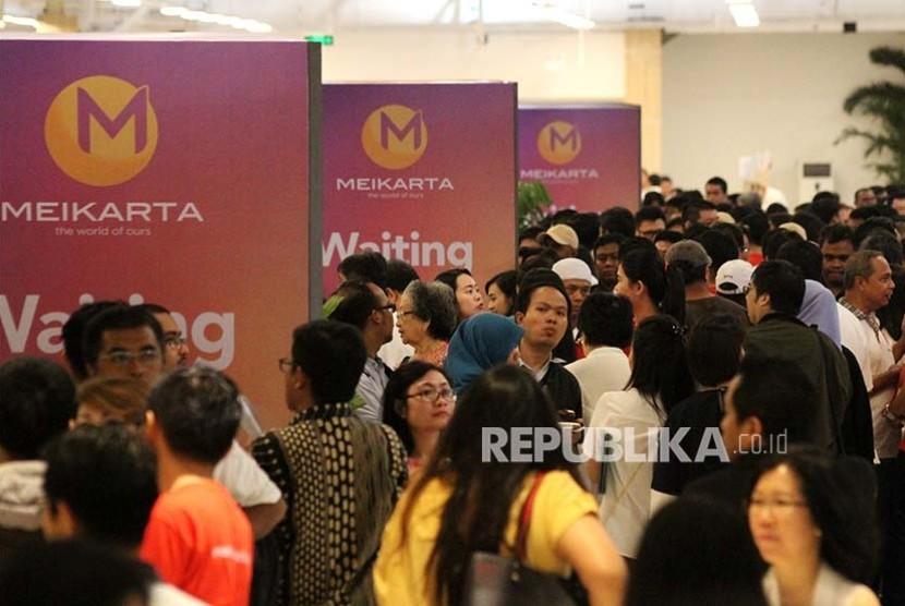 Antrean konsumen saat mendaftar pemesanan perdana Apartemen Kota Baru Meikarta saat peluncuran perdana Kota Baru Meikarta, di kawasan Lippo Cikarang, Kabupaten Bekasi, Jawa Barat.