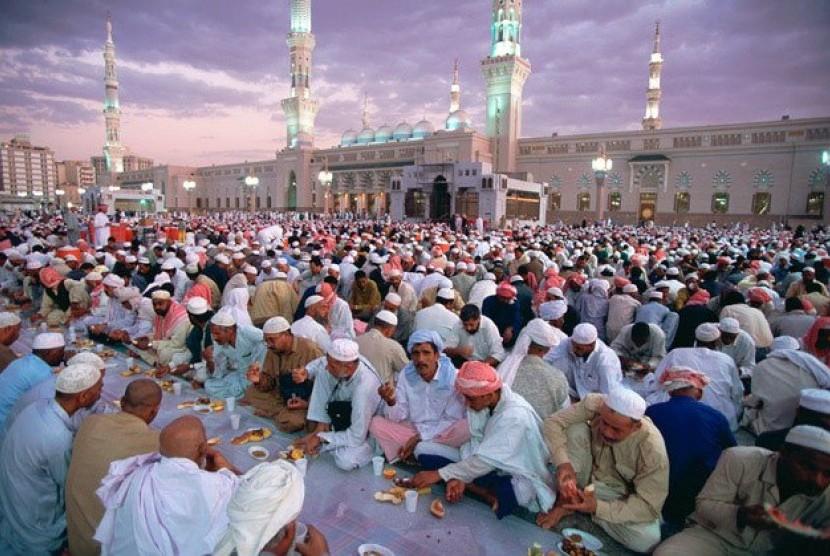Suasana buka puasa Ramadhan di Arab Saudi.