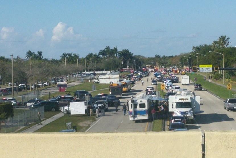 Suasana di luar gedung sekolah SMA di Florida yang diserang.