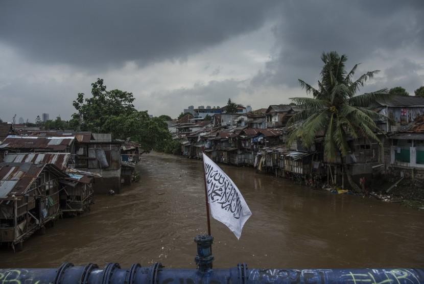 Suasana di sekitar bantaran Sungai Ciliwung kawasan Manggarai, Jakarta, Jumat (17/2).