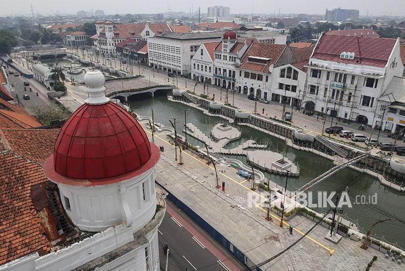 Suasana hasil revitalisasi kali besar di kawasan Kota Tua, Jakarta, Kamis (3/5).