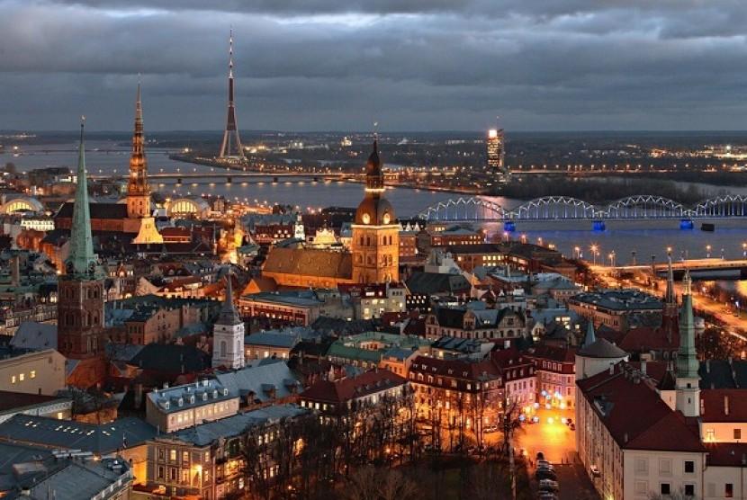 Suasana ibukota Latvia, Riga, di malam hari