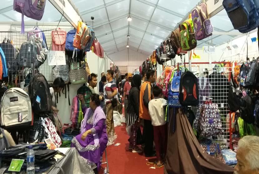 Suasana Jakbook & Edu Fair 2015 yang digelar di Plaza Parkir Timur Senayan, 27 Juli hingga 3 Agustus 2015