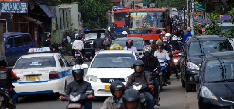 Suasana jalan di kawasan Condet, Jakarta Timur.