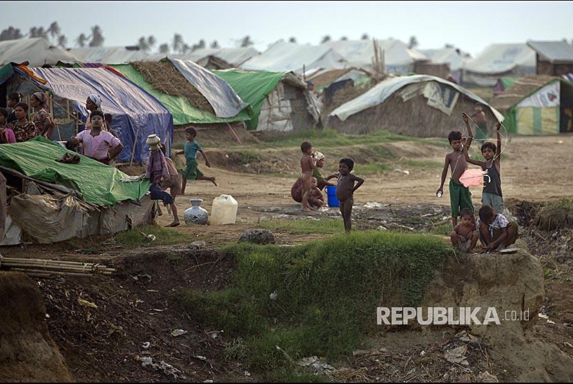 Suasana kamp pengungsian etnis Rohingya pasca konflik tahun 2012 di Sittwee, Negara Bagian Rakhine Myanmar, (15/5/2013)