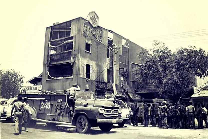 Suasana kerusuhan pada tragedi Tanjung Priok Septeber 1994.