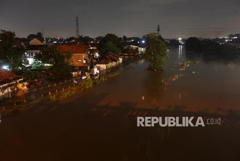 Suasana kondisi Kali Ciliwung di kawasan Cililitan, Jakarta, Senin (5/2) malam. Banjir yang merendam kawasan tersebut akibat luapan Kali Ciliwung yang merupakan kiriman dari Bendung Katulampa, Bogor.