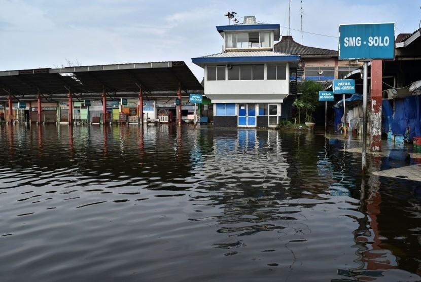 Suasana lengang terlihat di Terminal Bus Terboyo yang terendam rob di Semarang, Jawa Tengah, Jumat (2/6).