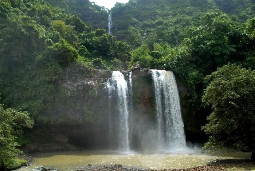 Suasana objek wisata Curug (air terjun) Sodong di Desa Ciwaru, Kecamatan Ciemas, Sukabumi, Jawa Barat, Minggu (23/4). Curug Sodong merupakan salah satu destinasi wisata alam yang terletak di dalam kawasan Geopark Ciletuh-Palabuhanratu.