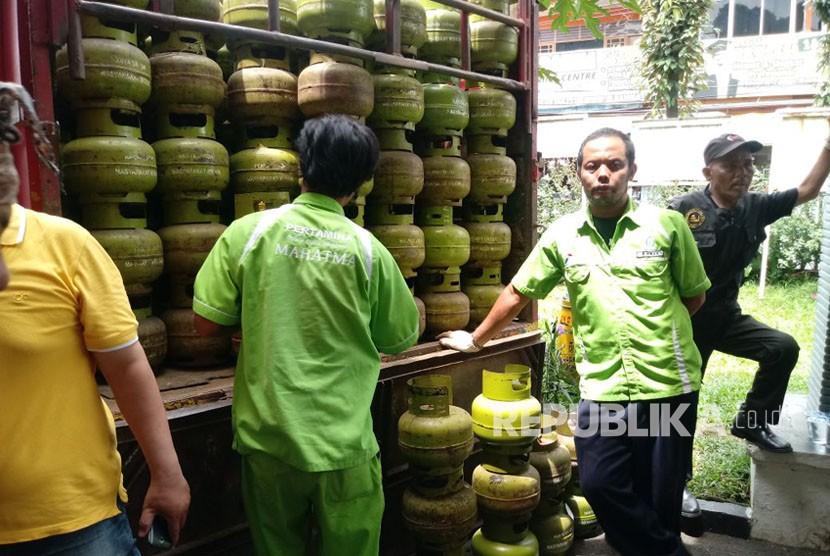 Suasana operasi pasar untuk antisipasi kelangkaan elpiji melon di Kelurahan Kebon Kalapa, Bogor Tengah, Selasa (5/12). Operasi pasar yang menyediakan 560 tabung gas ini dihadiri Wali Kota Bogor, Bima Arya, dan Kepala Dinas Perindustrian dan Perdagangan Kota Bogor, Achsin Prasetyo.