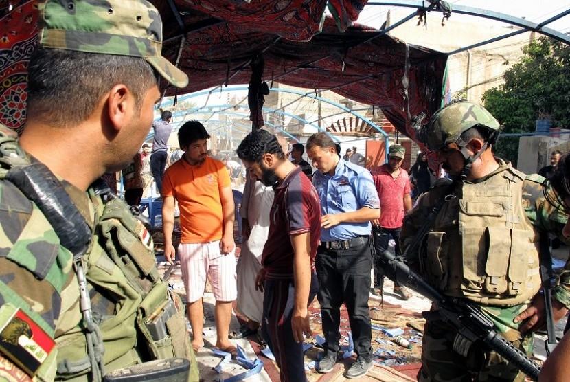 Suasana pascaledakan yang mengguncang Baghdad, Irak, Ahad (16/10).