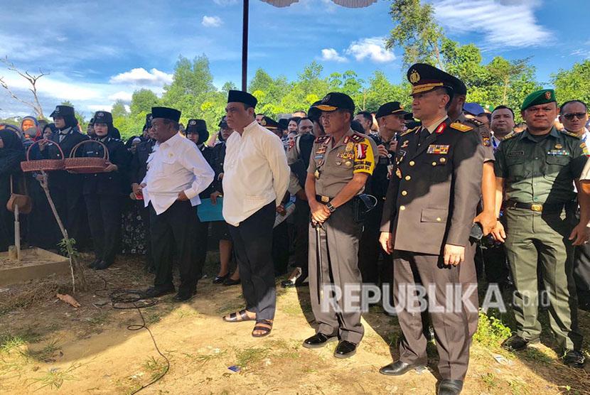 Suasana pemakaman korban teror di Mapolda Riau, Ipda Auzar, yang dipimpin Wakapolri Komjen Syafrudin