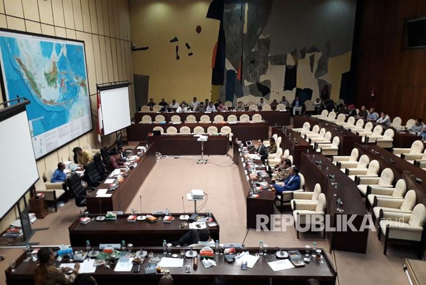 Suasana pembahasan Perppu Ormas dalam Rapar Dengar Pendapat (RDP) Komisi II DPR-RI bersama beberapa Pakar Hukum Tata Negara, Rabu (18/10).