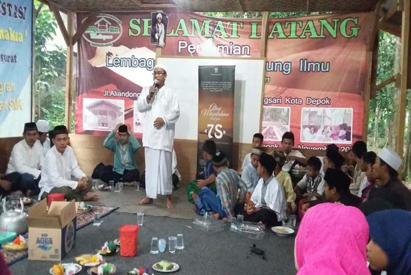 Suasana Pengajian Lenong Nepar di Bojongsari, Depok, Ahad (10/1).