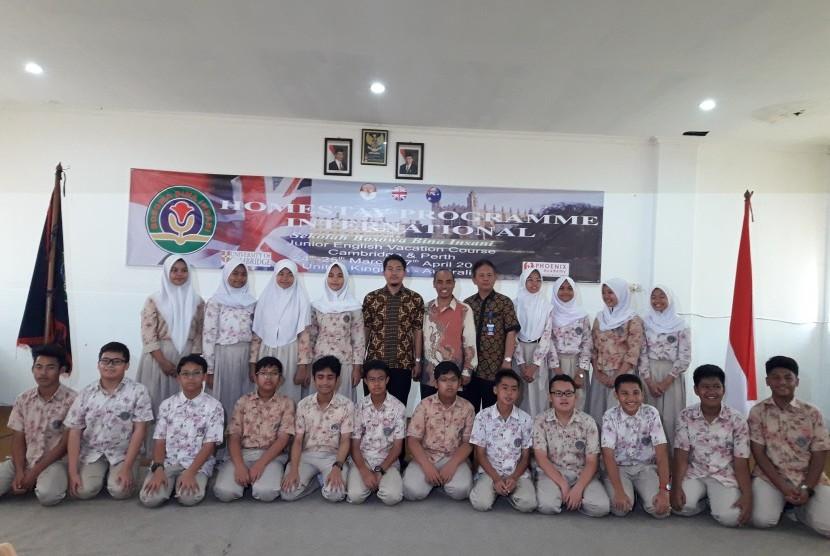 Suasana penglepasan siswa homestay Sekolah Bosowa Bina Insani (SBBI), Bogor, Kamis (22/3).