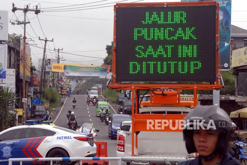 Suasana penutupan jalur Puncak, Kabupaten Bogor, Jawa Barat, Rabu (7/2).