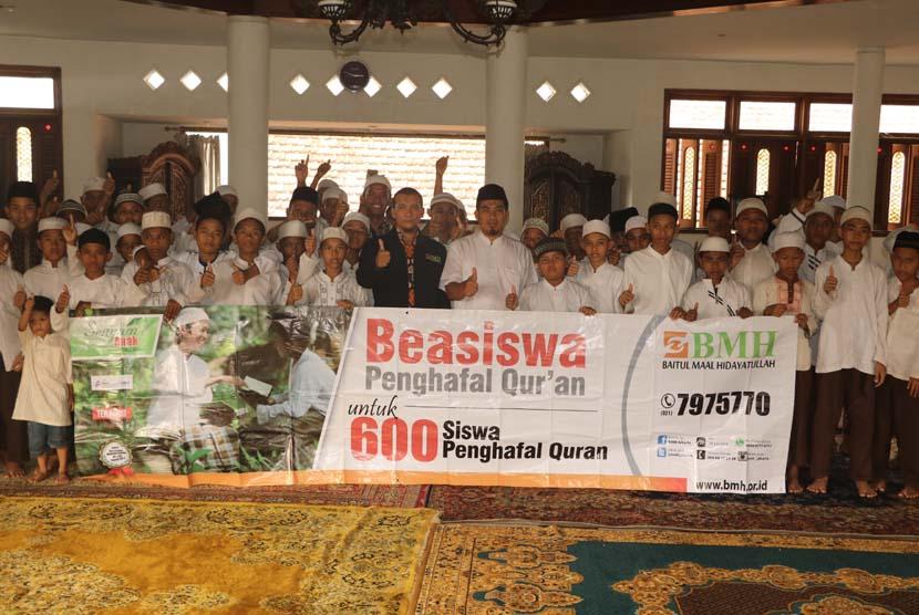 BMH Salurkan Beasiswa untuk 600 Santri Penghapal Alquran