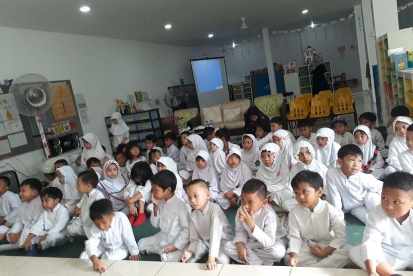 Suasana peringatan Isra Mi'raj Nabi Muhammad SAW yang diadakan oleh KB-TK Bosowa Bina Insani.