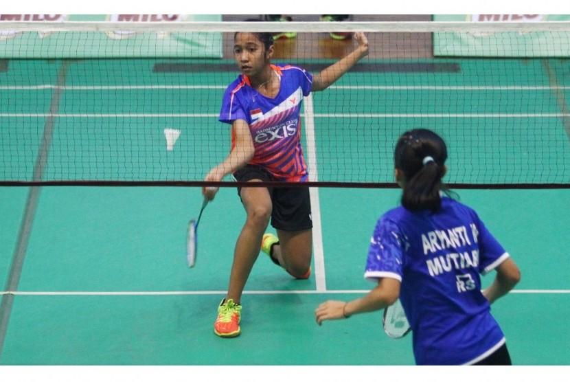 Suasana pertandingan babak penyisihan kategori tunggal putri kelompok usia U-15 di GOR Ken Arok, Malang, Kamis (28/9).