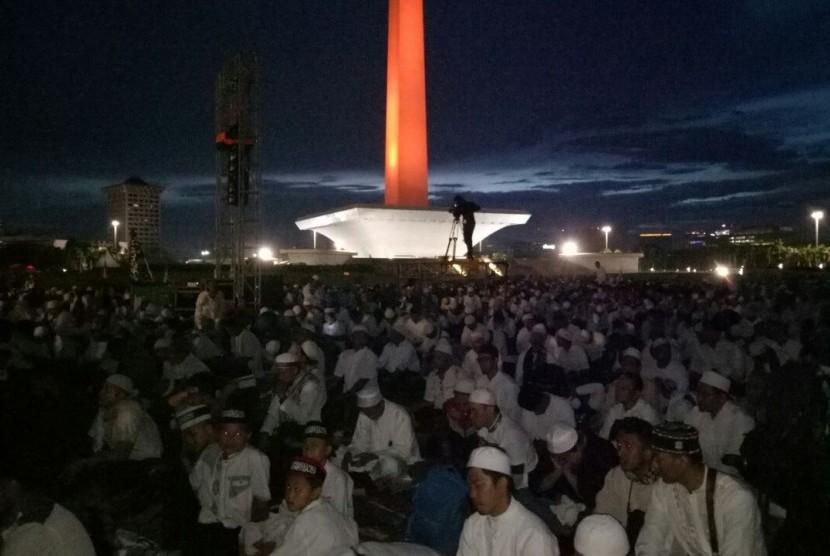 Suasana peserta aksi Reuni 212 usai menunaikan shalat Subuh di Lapangan Monas, Jakarta, Sabtu (2/12).