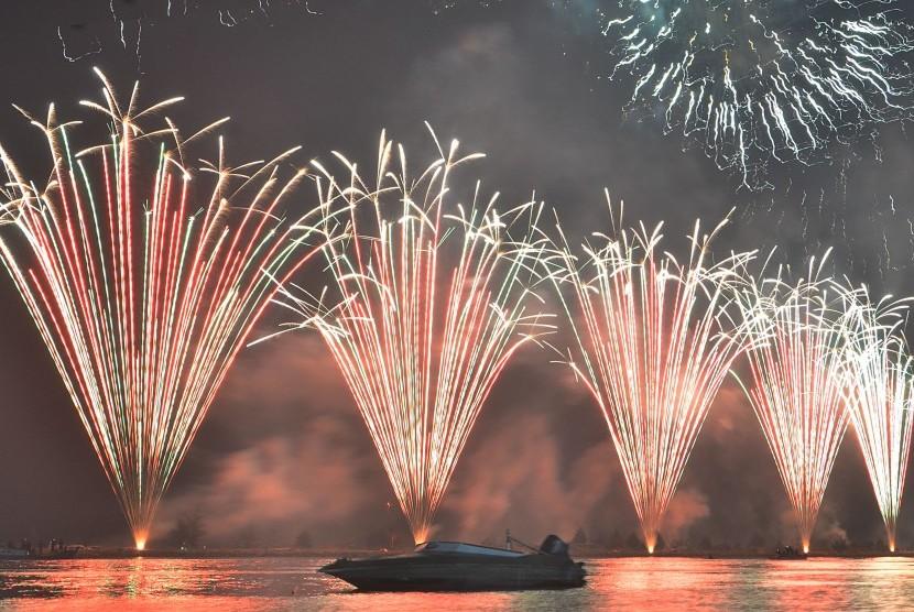 Suasana pesta kembang api di malam tahun baru (ilustrasi)