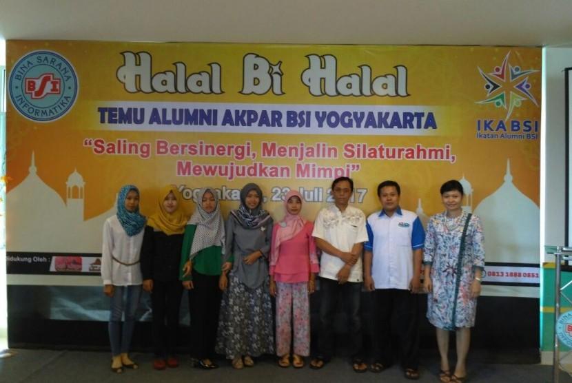 Suasana reuni Ikatan Alumni AMIK dan AKPAR BSI Yogyakarta.