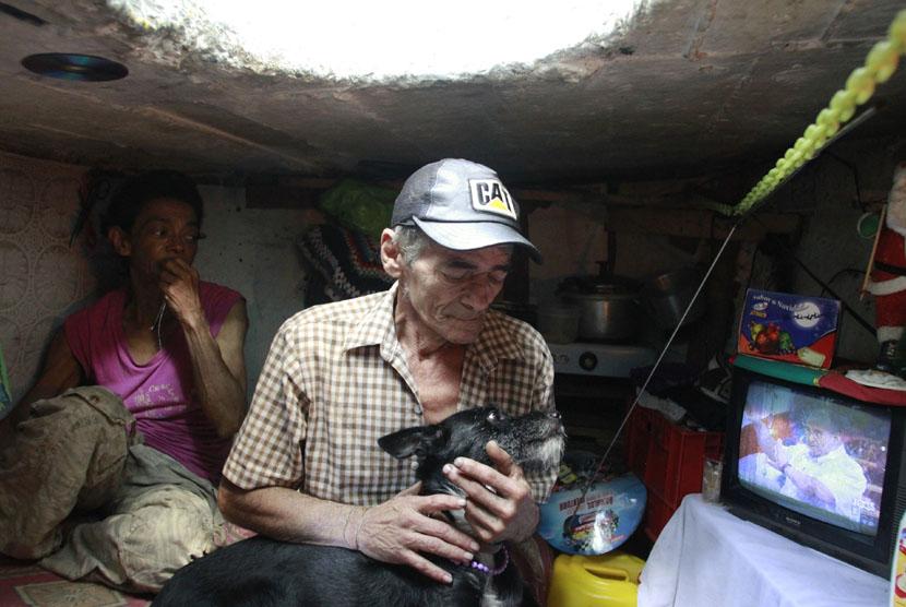 Suasana ruangan rumah selokan Miguel Restrepo di kota Medelline,Kolombia, Selasa (4/12). (Reuters/Albeiro Lopera)
