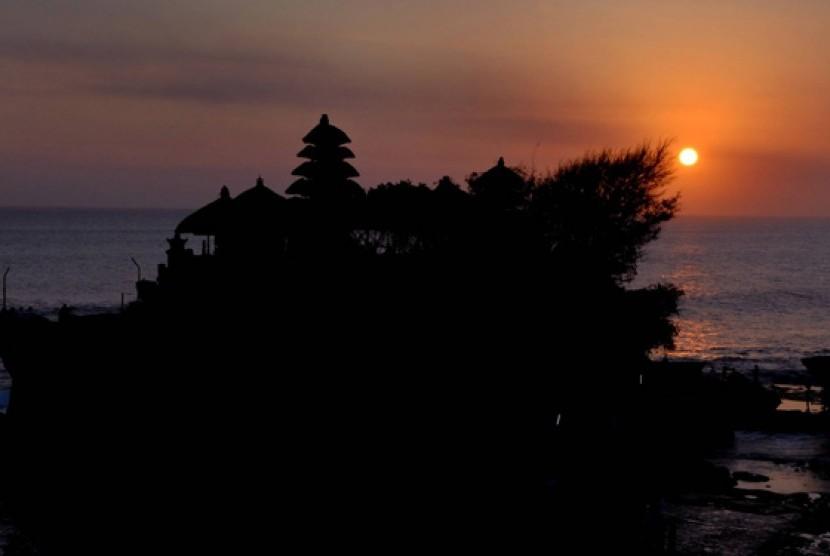 Sunset at Tanah Lot, Tabanan, Bali.