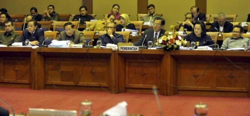 Suasana saat rapat kerja Pansus RUU BPJS antara pemerintah dan DPR di Kompleks Parlemen Senayan, Jakarta, Kamis (12/5).