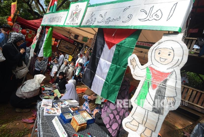 Suasana sebuah stand dari Negara Palestina saat acara Language Fair yang diadakan di Sekolah Alam, Jagakarsa, Jakarta Selatan, Kamis (3/3).  (Republika/Raisan Al Farisi)