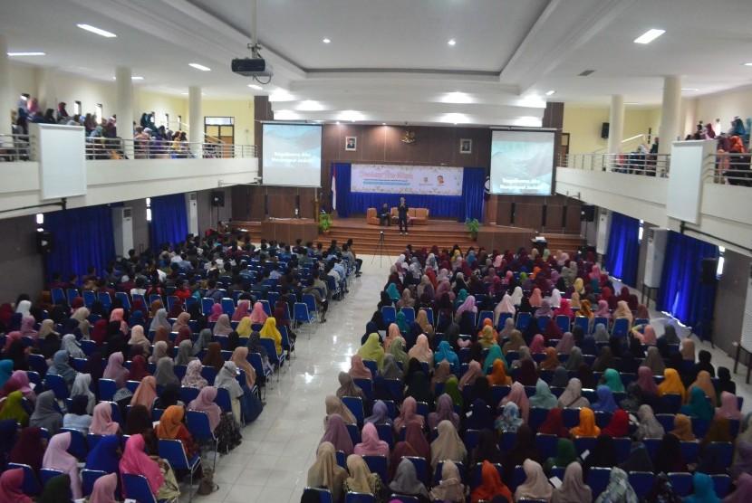 Suasana seminar pra nikah yang diadakan Masjid Nurul Huda UNS dan KPPA Benih Surakarta di Surakarta, Ahad (19/3/2017).