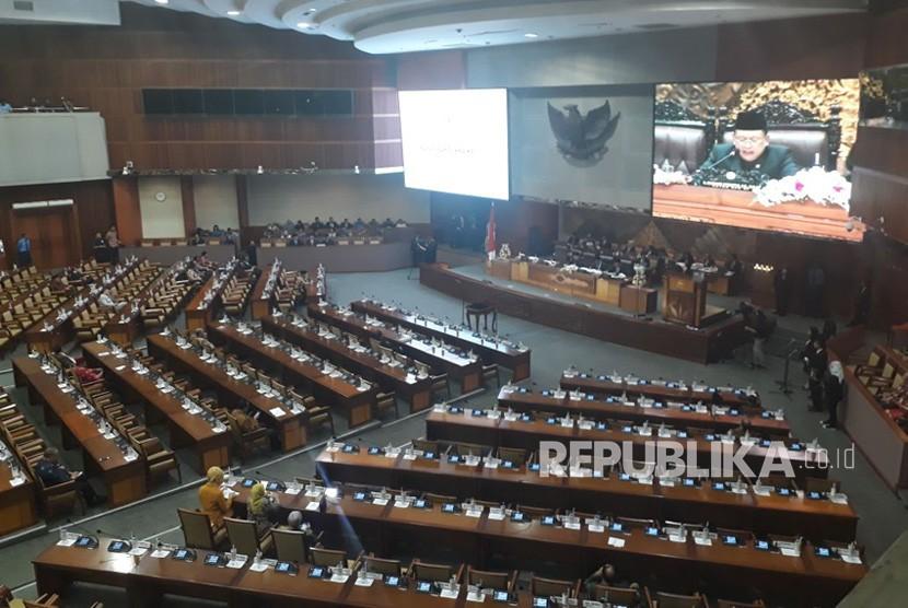 Suasana sidang rapat paripurna ke-18, Komplek Parlemen, Senayan, Jakarta, Rabu (14/2).