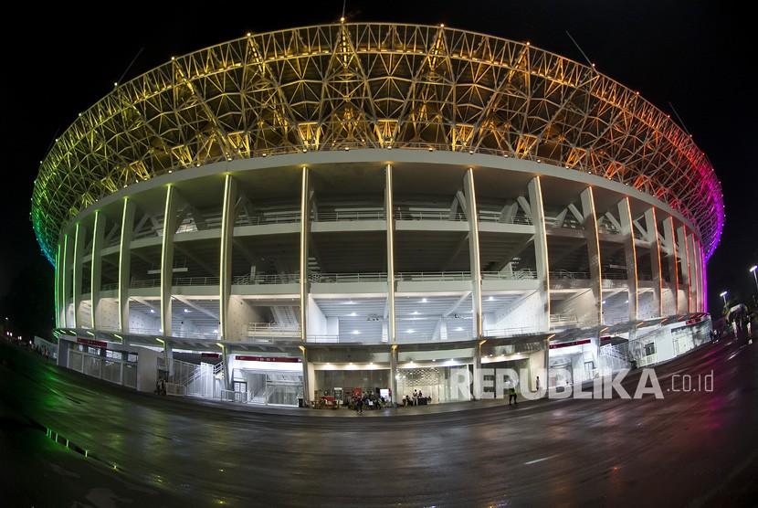 Suasana Stadion Utama Gelora Bung Karno yang dihiasi lampu warna warni di Jakarta, Selasa (13/2) malam.