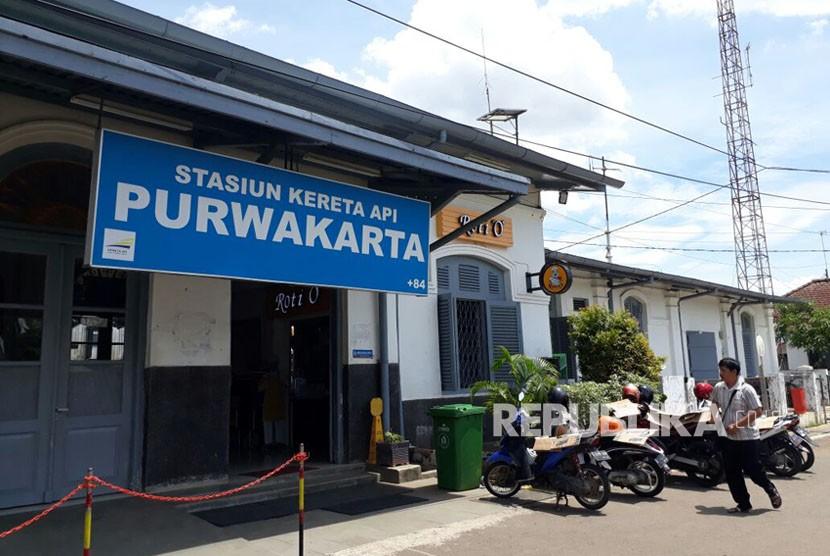 Suasana Stasiun kereta api Kabupaten Purwakarta, yang tampak sepi pasca terjadinya longsor di Kabupaten Garut. Dampak dari bencana longsor ini, tak terlalu berimbas pada penumpang kereta dari Purwakarta.